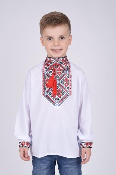 Вышитая рубашка красным орнаментом на мальчика